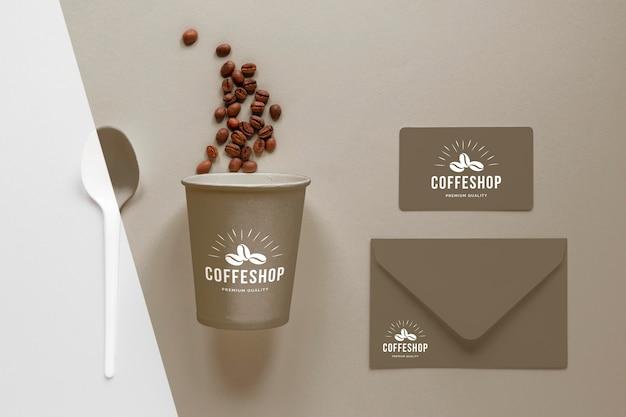 Xícara de café de vista superior, grãos e caderno