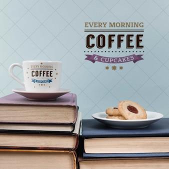 Xícara de café e biscoitos em uma pilha de livros