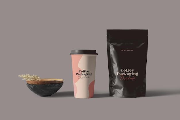 Xícara de café e maquete de embalagem de bolsa