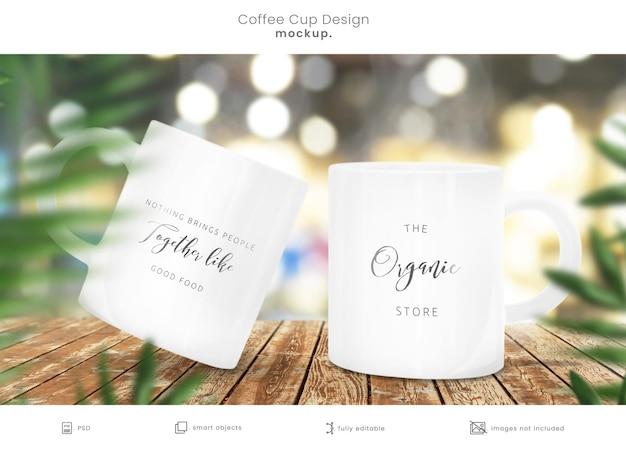 Xícara de café maquete de duas canecas na mesa de madeira