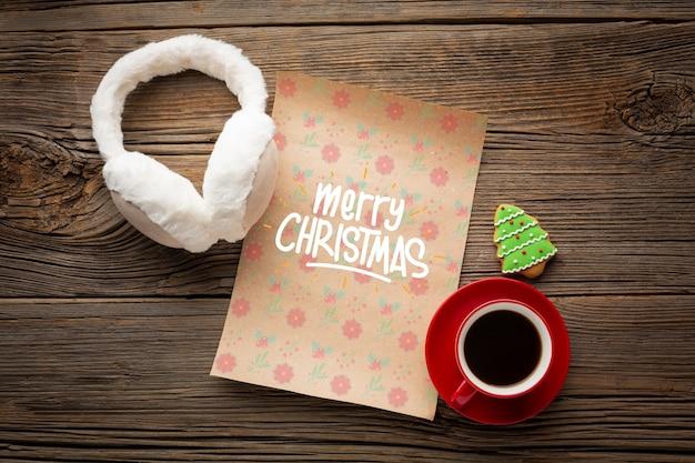 Xícara de café plana leigos com carta de feliz natal