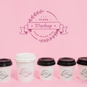 Xícaras de café e logotipo em maquete de embalagem