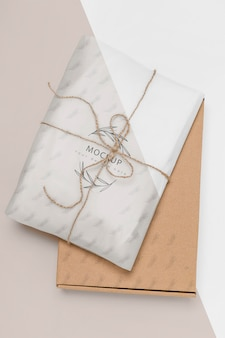 Zero desperdício presente embrulhado com maquete de caixa de papelão