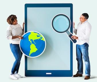Divers couple tenant une tablette