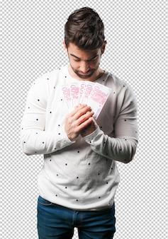 Jeune homme tenant factures