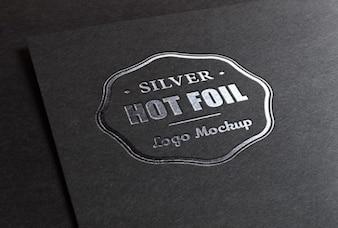 Logo maquette avec l'impression d'une feuille métallique