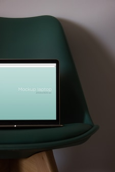 Maquette d'ordinateur portable sur chaise