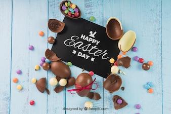 Maquette de Pâques avec des oeufs en chocolat cassés