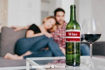Maquette de vin avec un couple sur le canapé