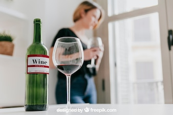 Maquette de vin avec une femme