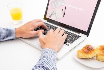 Maquette pour ordinateur portable avec concept de petit-déjeuner
