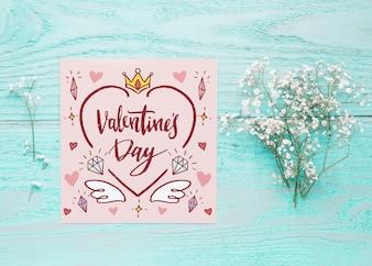 Cardi il modello con il concetto floreale del giorno di biglietti di S. Valentino