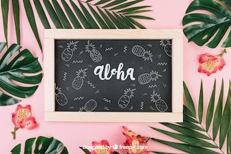 Composizione estiva con ardesia e foglie di palma