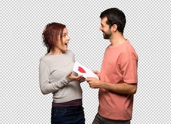 Coppia in giorno di San Valentino con la carta di San Valentino