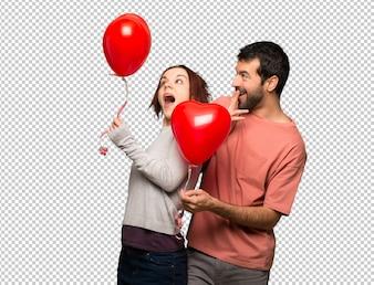 Coppia nel giorno di San Valentino con palloncini a forma di cuore