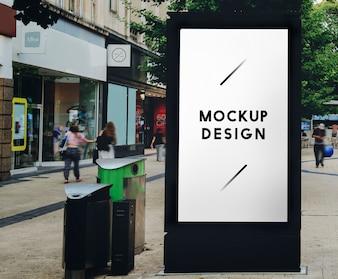 Mock up di un annuncio pubblicitario in una fermata dell'autobus