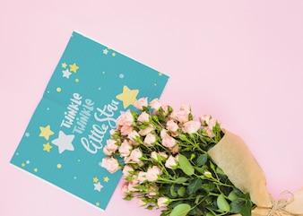 Mockup di carta con decorazione floreale per matrimoni o preventivo