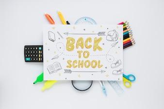 Mockup di carta con il concetto di ritorno a scuola