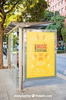Mockup di cartelloni pubblicitari alla fermata dell'autobus