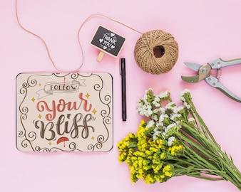 Mockup di notebook con decorazione floreale per matrimonio o preventivo