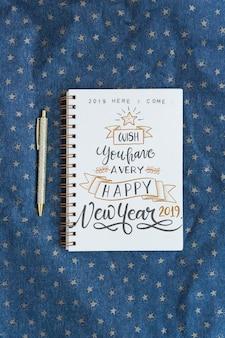 Mockup di notebook con il concetto di nuovo anno