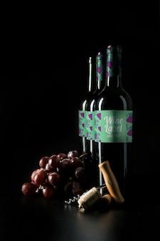 Mockup di vino con bottiglie in fila e uva