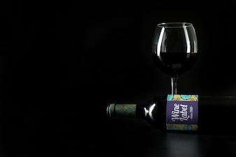 Mockup di vino con copyspace sul lato sinistro