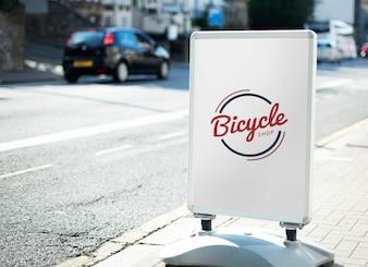 Negozio di biciclette segno sulla strada della città