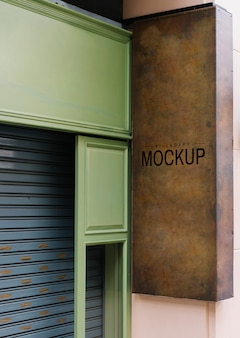 Shopfront con un mockup di cartello marrone