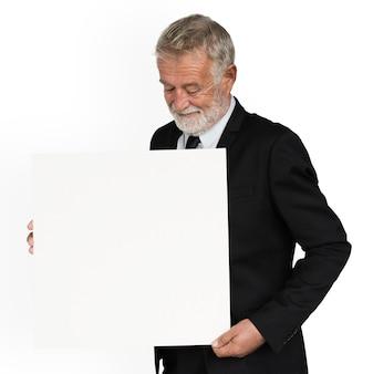 Uomo caucasico che mostra documento di presentazione