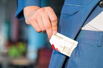 Uomo d'affari che tira fuori il modello del biglietto da visita