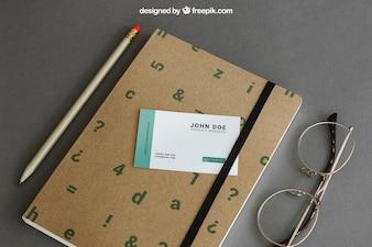 Briefpapiermodell mit Visitenkarte auf Buch