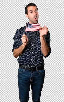 Brunettemann, der eine amerikanische Flagge hält