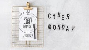 Clipboard-Modell mit Cyber Montag-Buchstaben