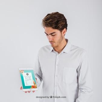 Geschäftsmann hält Tablette