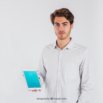 Geschäftsmann zeigt Tablette