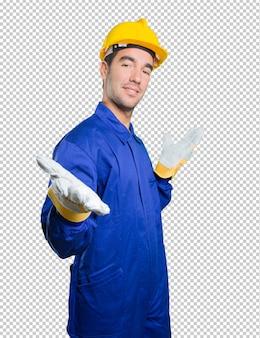 Glücklicher Arbeiter, der auf weißem Hintergrund begrüßt