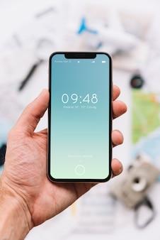 Hand, die Smartphonemodell hält