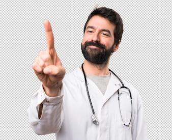 Junger Doktor, der auf transparentem Schirm sich berührt