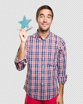 Junger Mann in Weihnachten mit einem Stern