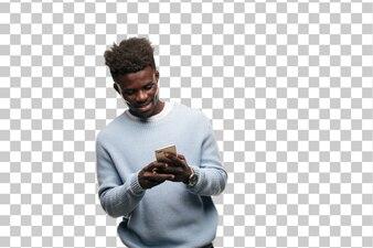 Junger schwarzer Mann, der ein intelligentes Mobiltelefon verwendet