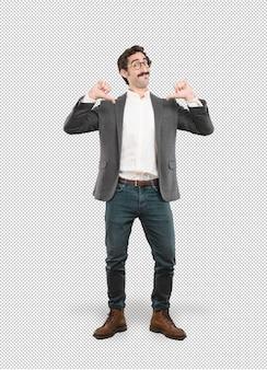 Junger verrückter Mann in der stolzen Haltung
