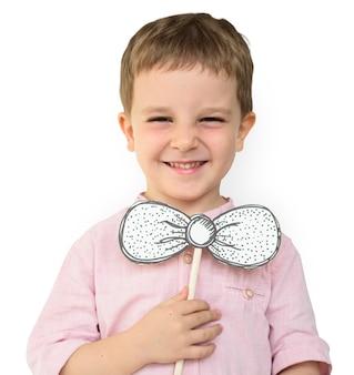 Kleiner Junge Hand halten Papier Handwerk Bowtie