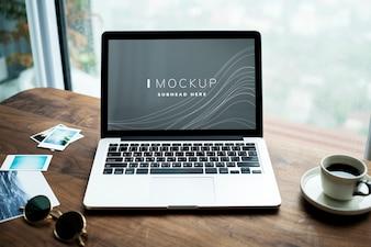Laptop auf einem Holztisch mit einem Bildschirmmodell