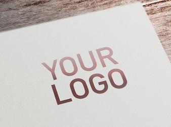 Logo-Modell auf Papier