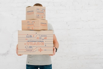 Mock-up des Menschen mit Kartons