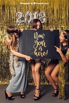 Modell des neuen Jahres mit drei Freunden und Brett