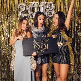 Modell des neuen Jahres mit drei frohen Mädchen