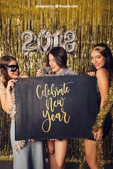 Modell des neuen Jahres mit drei Mädchen, die Brett zeigen