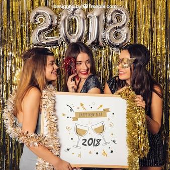Modell des neuen Jahres mit drei Mädchen, die whiteboard halten